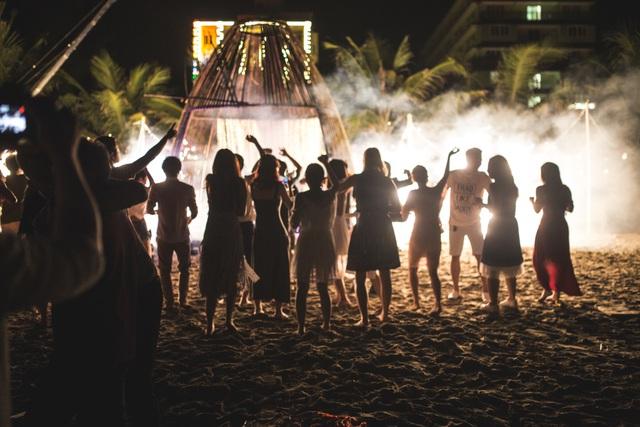 Độc đáo lễ cưới đẹp như mơ trên mỏm đá bên bờ biển Hải Hoà - Ảnh 16.