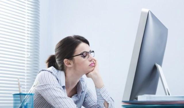 Sụp mí do ngồi máy tính nhiều – Chị em công sở đừng chủ quan - Ảnh 1.