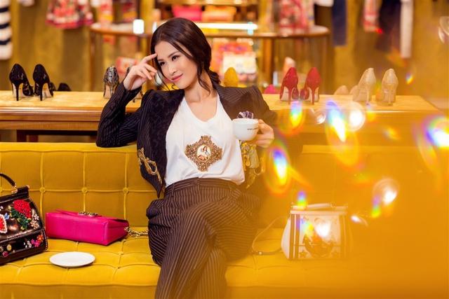 Đông Nhi hoá quý cô hàng hiệu sang chảnh với Dolce Gabbana - Ảnh 2.
