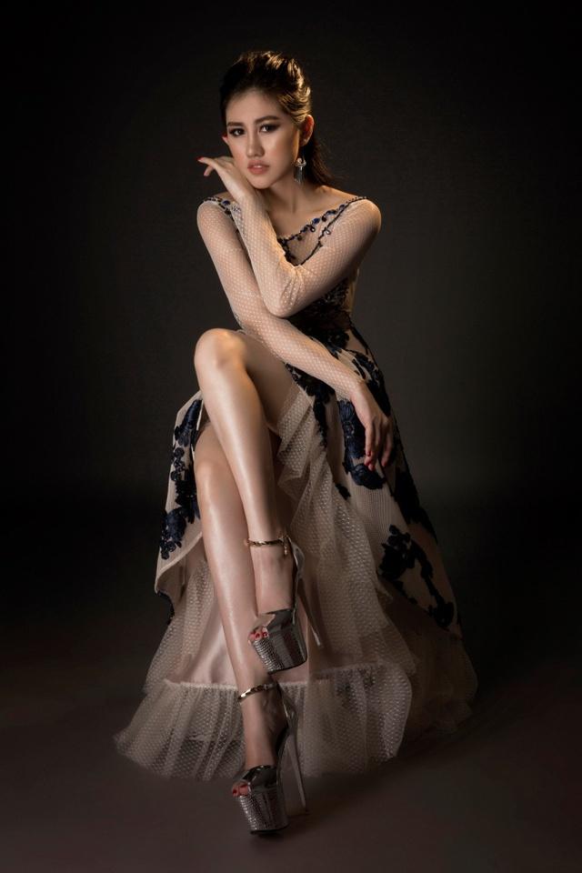 Người đẹp Emily Hồng Nhung đầy ma mị trong trang phục dạ hội mang phong cách châu Âu - Ảnh 2.