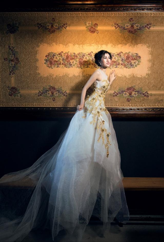 Người đẹp Emily Hồng Nhung đầy ma mị trong trang phục dạ hội mang phong cách châu Âu - Ảnh 11.