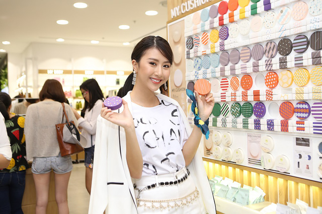 Bích Phương, Quỳnh Anh ghé thăm cửa hàng mỹ phẩm cực hot tại Sài Gòn - Ảnh 3.