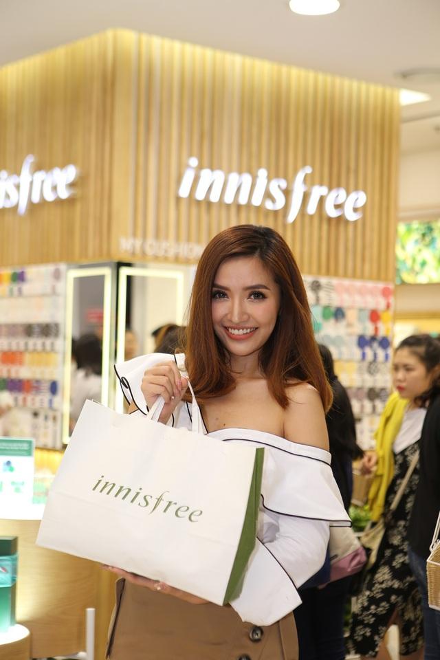 Bích Phương, Quỳnh Anh ghé thăm cửa hàng mỹ phẩm cực hot tại Sài Gòn - Ảnh 4.