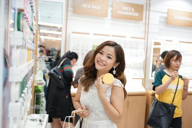 Bích Phương, Quỳnh Anh ghé thăm cửa hàng mỹ phẩm cực hot tại Sài Gòn - Ảnh 7.