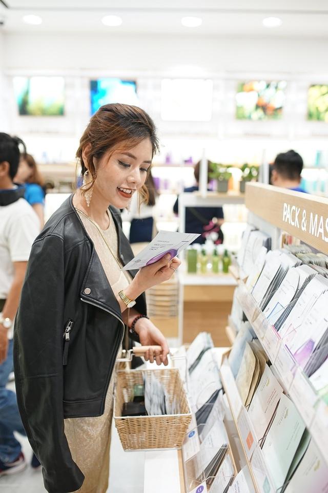 Bích Phương, Quỳnh Anh ghé thăm cửa hàng mỹ phẩm cực hot tại Sài Gòn - Ảnh 8.