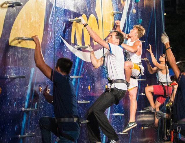 """Đông Nhi hát """"On Top"""" và biểu diễn vũ đạo nóng bỏng giữa không trung khiến fan sửng sốt - Ảnh 9."""