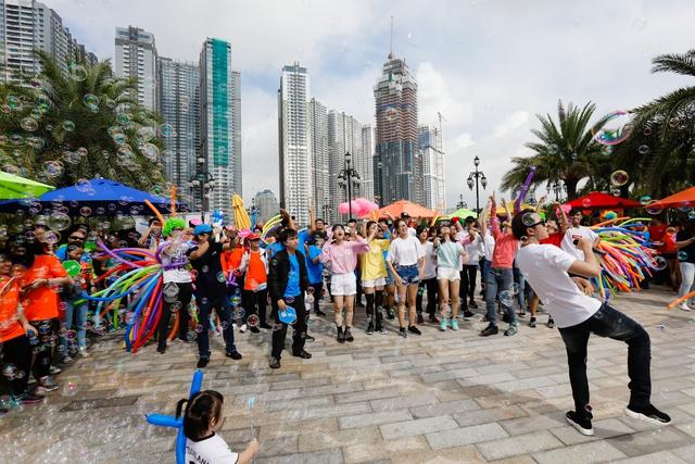 Suni Hạ Linh siêu đáng yêu bên Karik tại lễ hội sắc màu đầu tiên ở Việt Nam - Ảnh 5.