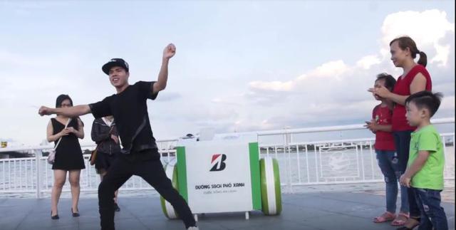 Đà Nẵng: Người dân hào hứng với thùng rác có chức năng sạc pin - Ảnh 1.