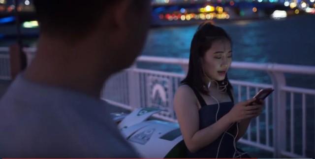 Đà Nẵng: Người dân hào hứng với thùng rác có chức năng sạc pin - Ảnh 2.