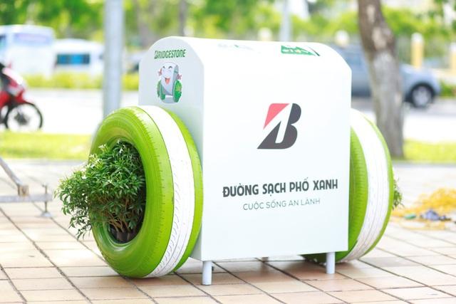 Đà Nẵng: Người dân hào hứng với thùng rác có chức năng sạc pin - Ảnh 3.