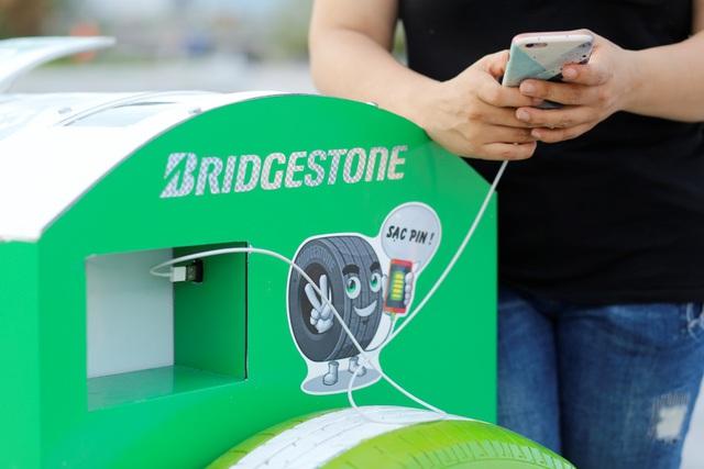 Đà Nẵng: Người dân hào hứng với thùng rác có chức năng sạc pin - Ảnh 4.