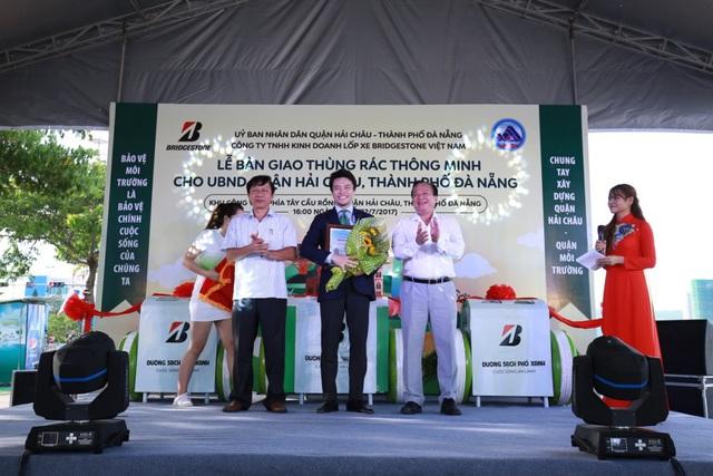 Đà Nẵng: Người dân hào hứng với thùng rác có chức năng sạc pin - Ảnh 6.