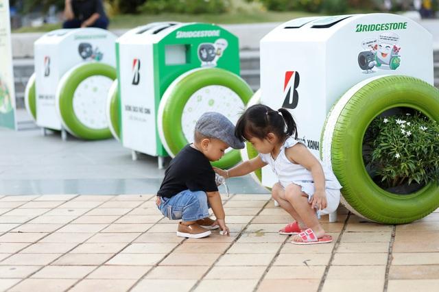 Đà Nẵng: Người dân hào hứng với thùng rác có chức năng sạc pin - Ảnh 7.
