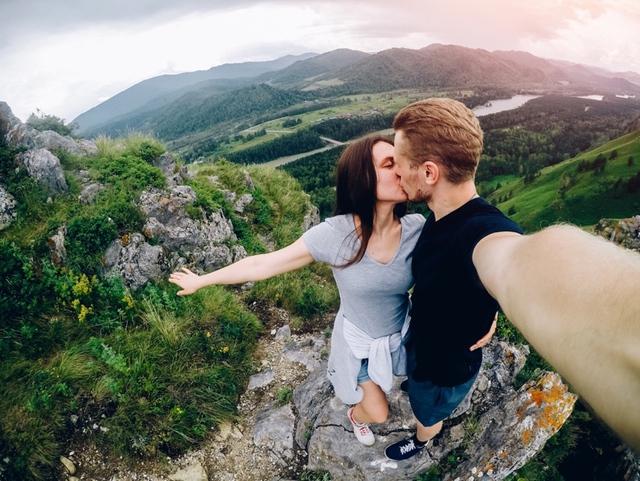 Để có nụ hôn ấn tượng, hãy ghi nhớ những điều sau - Ảnh 2.
