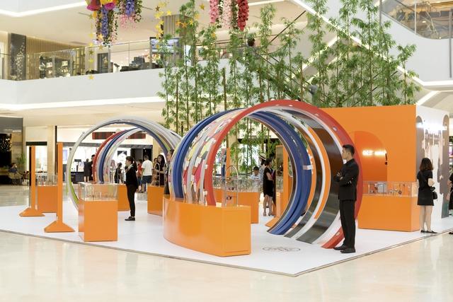 Pop-up store siêu xinh của Hermès vừa mở, dân tình đã tấp nập đến thử vòng hiệu - Ảnh 1.