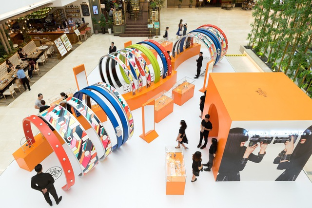 Pop-up store siêu xinh của Hermès vừa mở, dân tình đã tấp nập đến thử vòng hiệu - Ảnh 2.