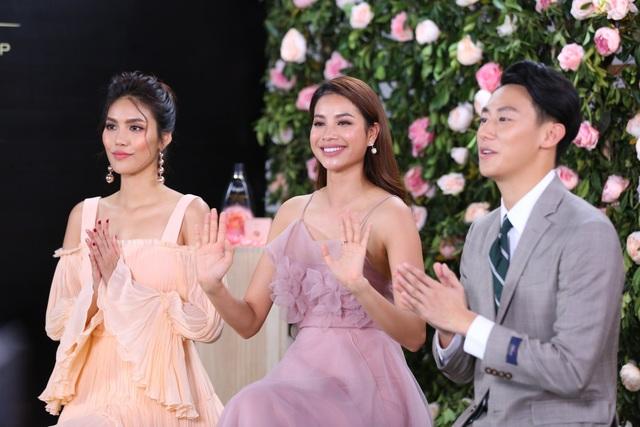 Phạm Hương, Lan Khuê diện váy bánh bèo, mê mẩn nói về hương hoa hồng Pháp - Ảnh 6.