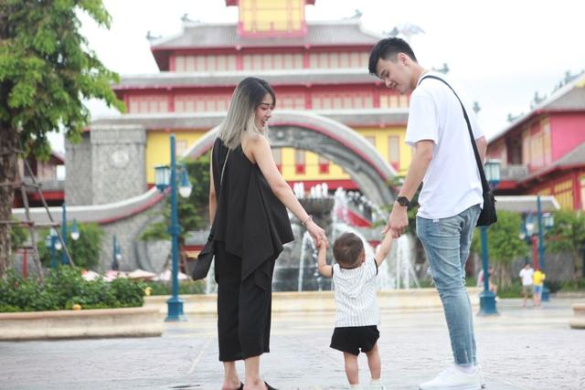 Gia đình Trang Lou – Tùng Sơn khoe ảnh đi chơi công viên giải trí cực đáng yêu - Ảnh 2.