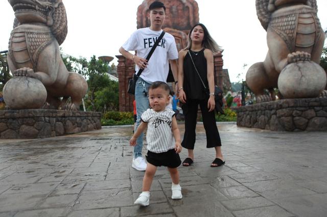 Gia đình Trang Lou – Tùng Sơn khoe ảnh đi chơi công viên giải trí cực đáng yêu - Ảnh 4.