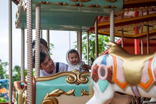 Gia đình Trang Lou – Tùng Sơn khoe ảnh đi chơi công viên giải trí cực đáng yêu - Ảnh 5.