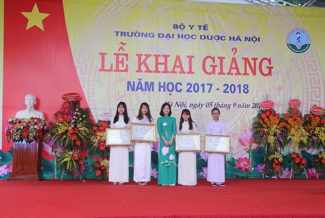 ĐH Dược chào năm học mới với 4 học bổng cho sinh viên xuất sắc - Ảnh 3.