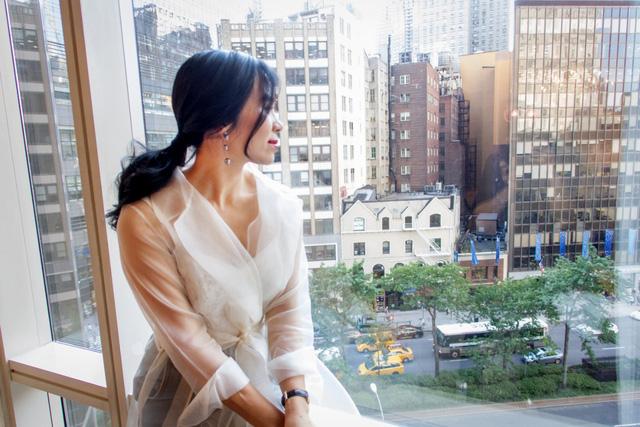 CEO Elise Lưu Nga ngồi cùng hàng Paris Hilton xem thời trang tại New York - Ảnh 1.