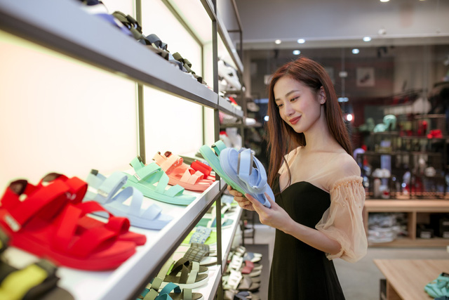 Jun Vũ cùng dàn sao Tháng năm rực rỡ trẻ trung, năng động chọn sandals cá tính - Ảnh 1.