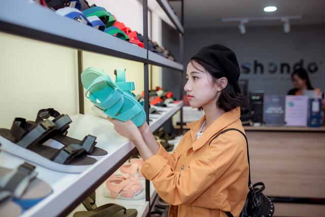 Jun Vũ cùng dàn sao Tháng năm rực rỡ trẻ trung, năng động chọn sandals cá tính - Ảnh 3.