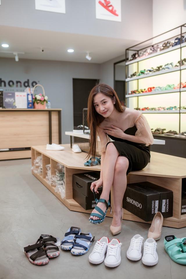 Jun Vũ cùng dàn sao Tháng năm rực rỡ trẻ trung, năng động chọn sandals cá tính - Ảnh 4.