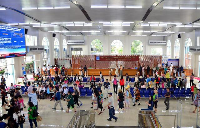 Nhà ga tại Cảng Tàu Quốc tế Tuần Châu luôn nhộn nhịp đón khách đi thăm quan Vịnh Hạ Long.