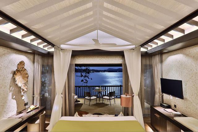 Bạn hãy tưởng tượng mình ngồi ngắm ánh trăng soi sáng vùng biển đêm của vịnh Vũng Bàu – một quang cảnh ngoạn mục của tự nhiên tại Nam Nghi resort.
