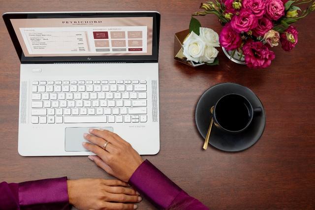 HP Envy 13 mới được trang bị 2 loa dọc theo 2 cạnh bàn phím tương tự như dòng Spectre cao cấp trước của HP. Ngoài ra, HP Envy 13 cũng được sở hữu bàn phím backlit có đèn nền hỗ trợ hoạt động trong điều kiện thiếu sáng.