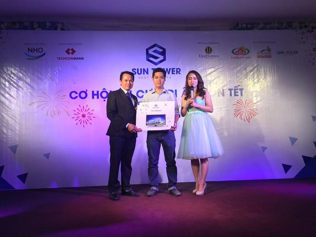 Trao thưởng cho khách hàng tại sự kiện mở bán Sun Tower.