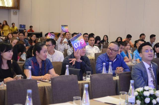 """Đại diện các hãng lữ hành du lịch đang """"tranh giành"""" những suất phòng tại Cocobay Đà Nẵng thông qua hình thức đấu giá trực tiếp."""