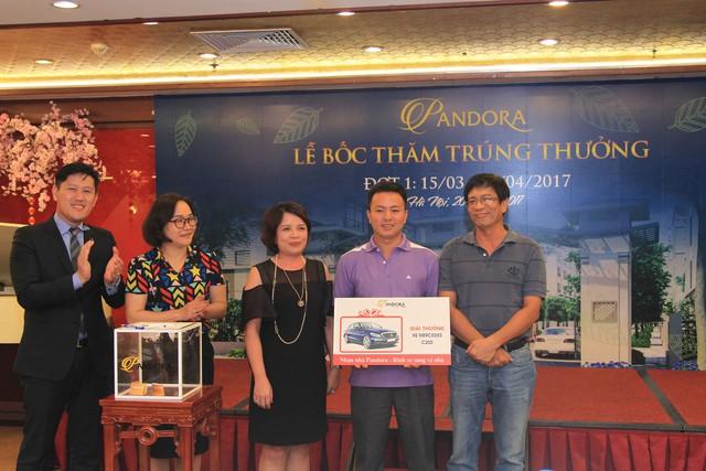Đại diện CĐT, ông Trần Quang Thành – Tổng Giám đốc cùng đại diện Sở Công Thương trao giải cho khách hàng may mắn trong đợt 1.