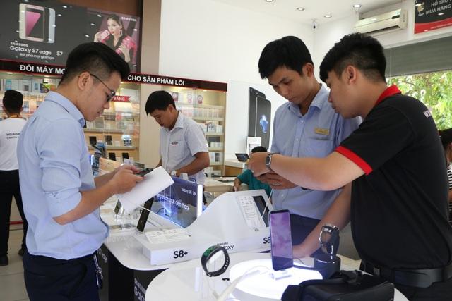 Ngay từ hôm nay, bạn có thể đến 1 trong 25 cửa hàng FPT Shop để trải nghiệm Galaxy S8 và có cơ hội trúng S8 Plus.