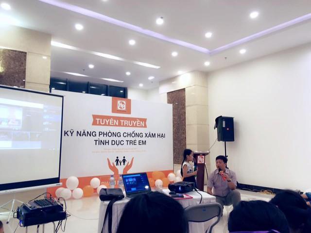 Tiến sĩ Phạm Mạnh Hà tại buổi hướng dẫn kỹ năng phòng chống xâm hại tình dục trẻ em dành cho cư dân Usilk.