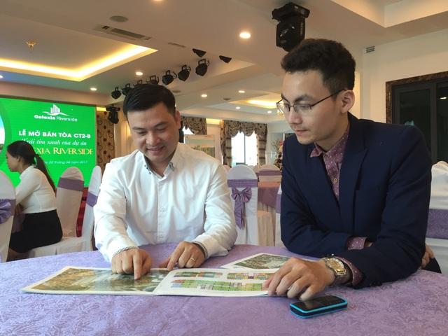 Anh Phạm Đức Mạnh (áo trắng) phấn khởi khi giới thiệu về dự án.