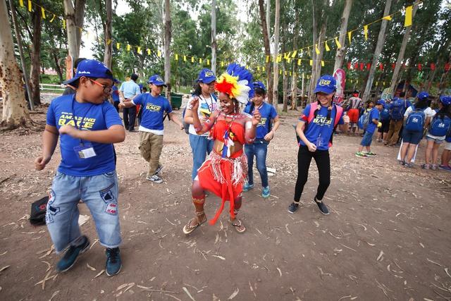 Nói tiếng Anh tốt, teen Việt đã thuyết phục được thổ dân Úc chia sẻ văn hóa cổ truyền của họ.