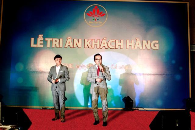 Danh ca Tuấn Ngọc và Elvis Phương trong buổi lễ Tri ân tại The Reverie Saigon.