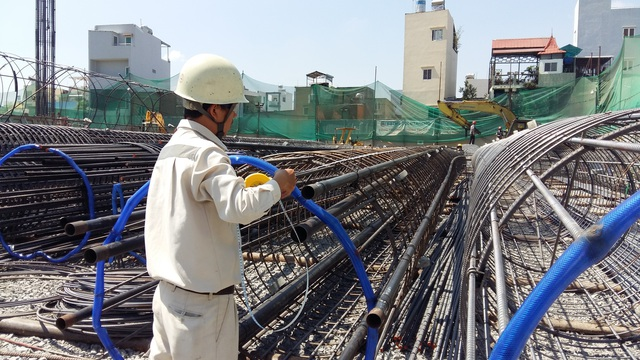 Trên công trường, công nhân đang làm việc luôn tay để đảm bảo thời gian bàn giao nhà đúng cam kết với khách hàng.