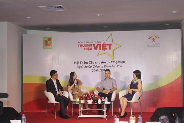 Chị Vũ Thị Thùy Linh - Phó Tổng Giám đốc Tân Cương Hoàng Bình (cầm micro) chia sẻ về câu chuyện xây dựng thương hiệu của công ty.