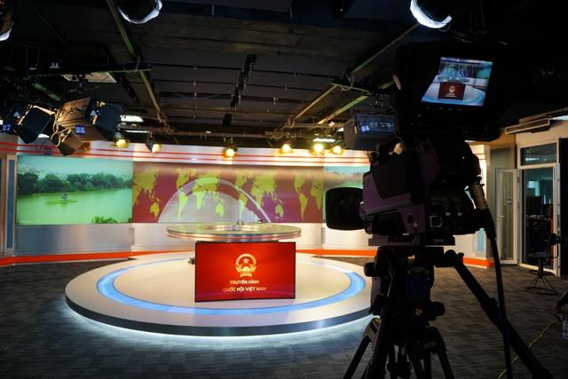 """Màn chiếu dnp loại chiếu sau, giải pháp chất lượng cao nhất phù hợp cho trường quay truyền hình, phòng điều khiển trung tâm, phòng họp, hội trường lớn, phòng xem phim gia đình (ảnh: Kênh truyền hình Quốc hội Việt Nam sử dụng 4 màn chiếu sau 106"""" ghép lại)."""