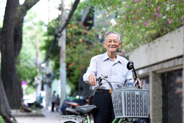 Chiếc xe đạp là phương tiện đi học tiếng Anh của vị Phó giáo sư này.