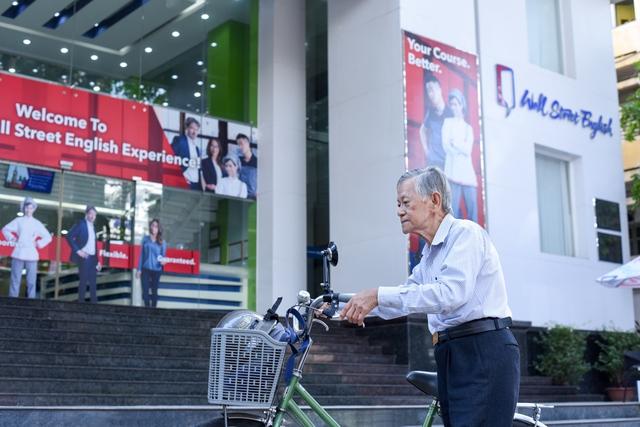 Câu chuyện đạp xe đi học tiếng Anh ở tuổi 79 của ông Sơn là cảm hứng cho nhiều người học ở Wall Street English quận 3.