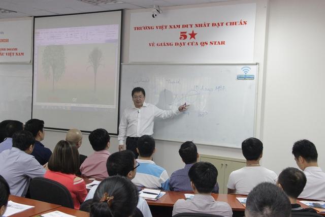 Chủ tịch HĐQT FPT Software Hoàng Nam Tiến trong một buổi chia sẻ với học viên Viện quản trị kinh doanh FSB.