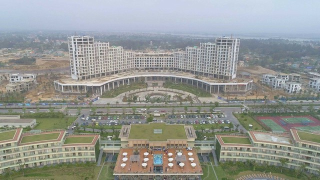 Grand Hotel 15 tầng thuộc giai đoạn 2 của FLC Sầm Sơn đang được gấp rút hoàn thiện và chuẩn bị khai trương.