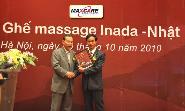 Ngài Nichumi Inada – Chủ tịch hãng ghế Inada trao chứng nhận phân phối độc quyền cho ông Nguyễn Xuân Thành – TGĐ. Maxcare Việt Nam.