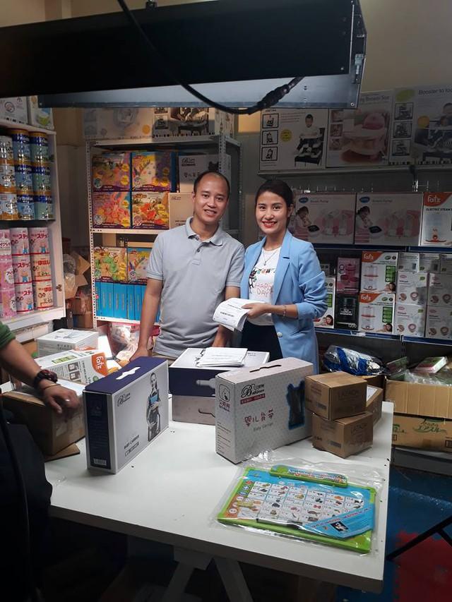 Anh Nguyễn Trung Kiên (trái) chủ shop Việt Long baby trên Lazada.