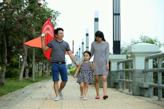 Cư dân The Era Town tản bộ mỗi chiều tại công viên bờ sông dài gần 2km.